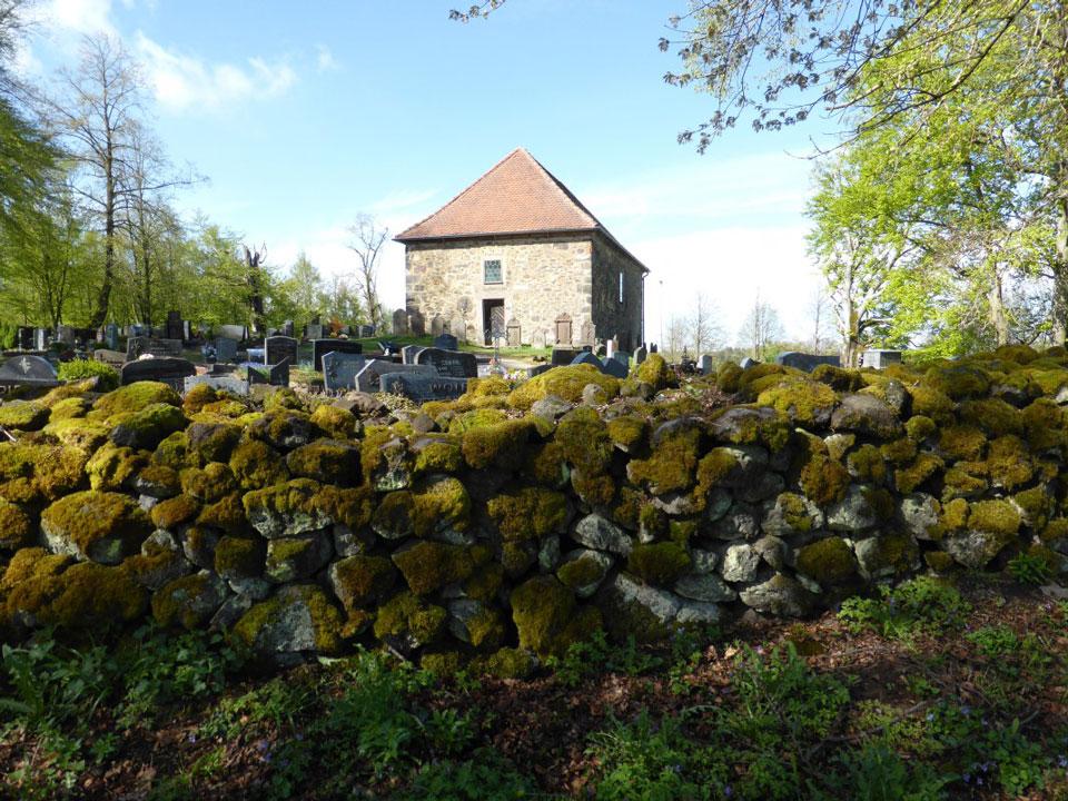 Friedhof auf dem Vulkan: Totenköppel Meiches, Hessen/NaturOrte