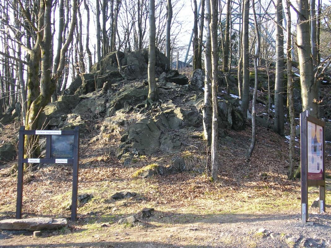 Hoherodskopfgipfel: ein Geotop im Natupark Vulkanregion Vogelstein in Hessen